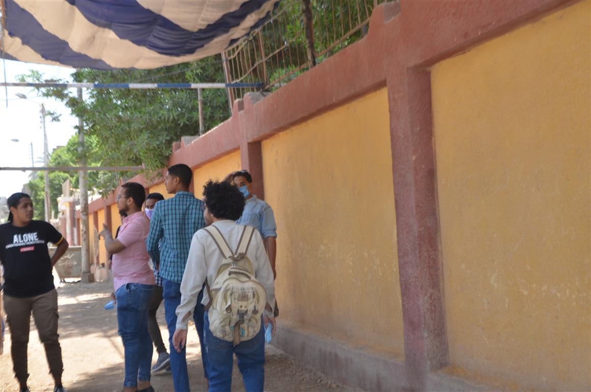طلاب الثانوية بالأقصر يتوافدون على اللجان وسط تنظيم وتشديد أمنى  (4)