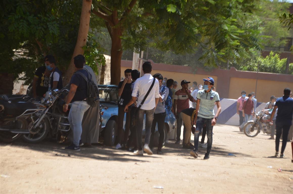 طلاب الثانوية بالأقصر يتوافدون على اللجان وسط تنظيم وتشديد أمنى  (1)