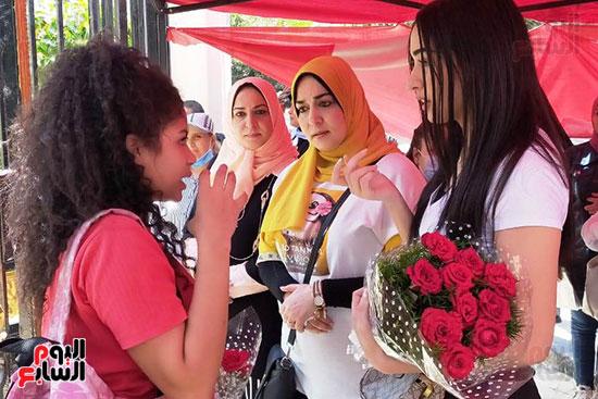 أسرة تنتظر ابنتها الطالبة بالثانوية العامة بالورود (4)