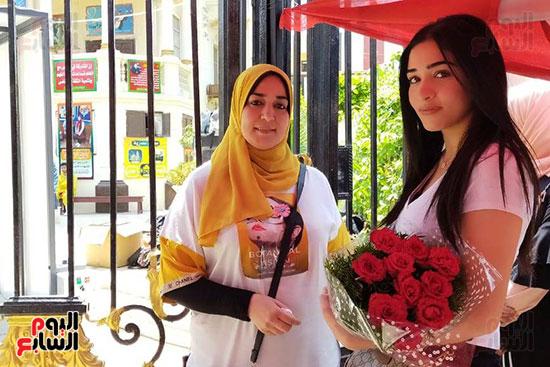أسرة تنتظر ابنتها الطالبة بالثانوية العامة بالورود (1)