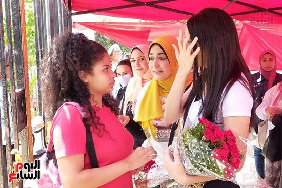 أسرة تنتظر ابنتها الطالبة بالثانوية العامة بالورود (2)
