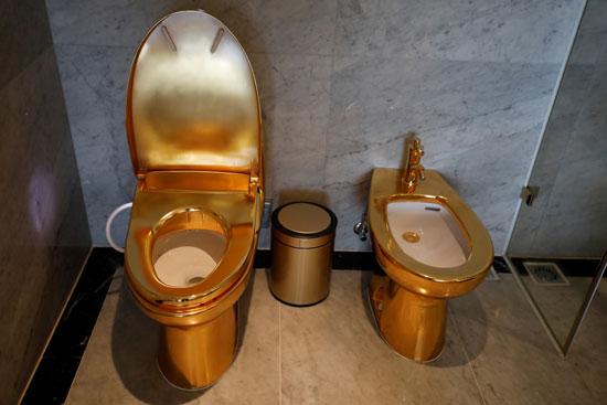 مرحاض مطلى بالذهب عيار 24