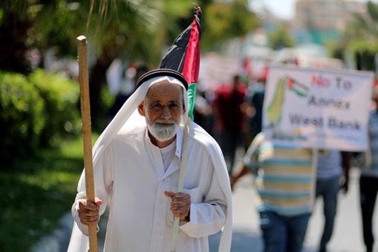 عجوز يشارك فى المظاهرات ويرفع علم فلسطين