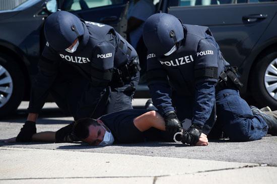 تدريبات الشرطة لاعتقال مهاجرن