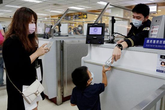 اعطاء الاطفال الهدايا داخل المطار