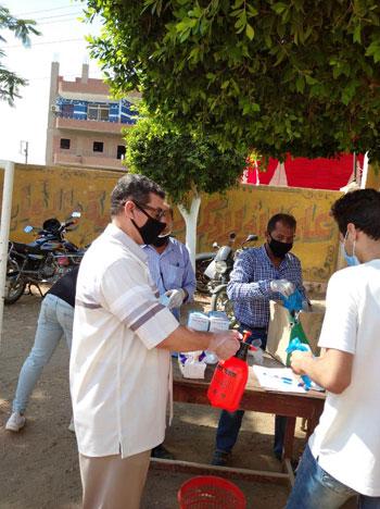 طلاب الثانوية العامة فى لجان الامتحانات بالمحافظات بالكمامة والقفاز  (2)