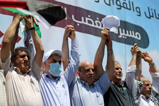 تشابك أيدى المتظاهرين للتعبير عن وحدتهم ضد الاحتلال