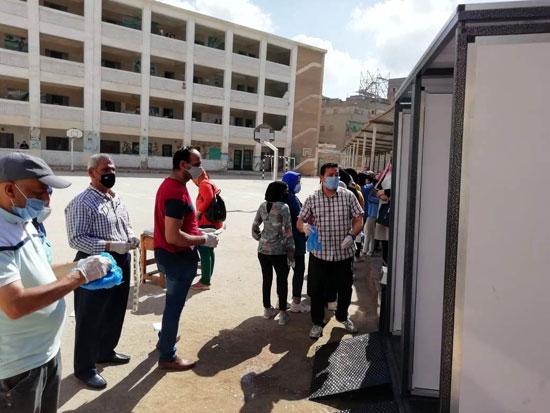 طلاب الثانوية العامة فى لجان الامتحانات بالمحافظات بالكمامة والقفاز  (15)