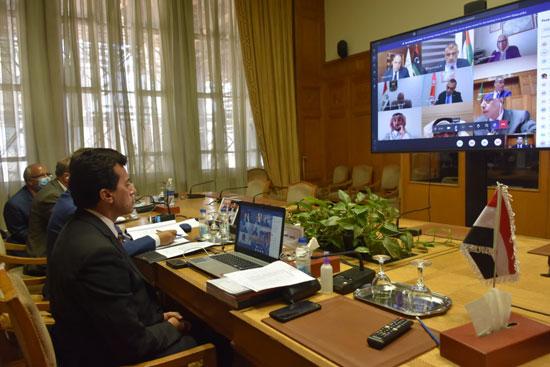 وزير الرياضة فى الاجتماع (3)