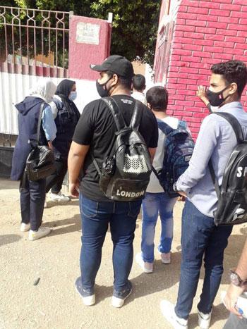 طلاب الثانوية العامة فى لجان الامتحانات بالمحافظات بالكمامة والقفاز  (35)