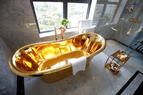 حوض الاستحمام مطلى بالذهب