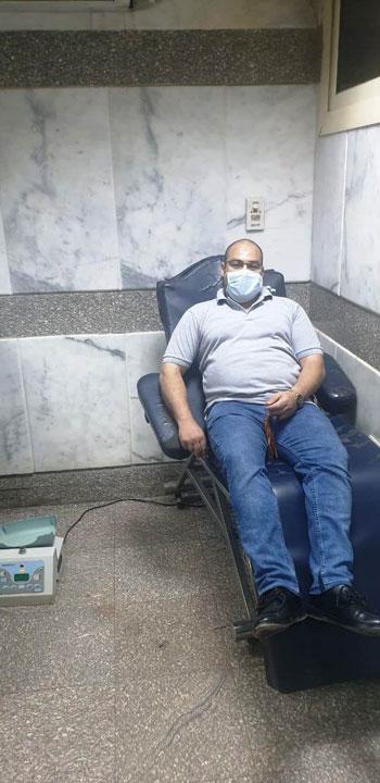 محمد-عبد-الفتاح-يتبرع-بالدم