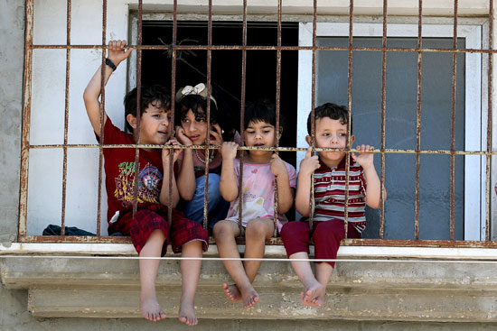 أطفال يتابعون المظاهرات