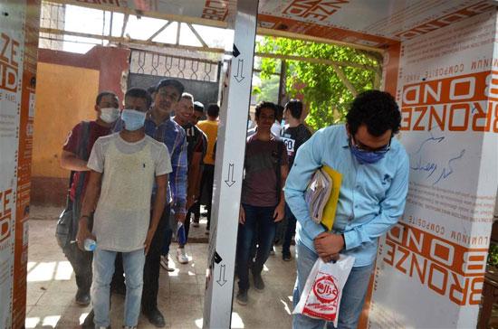 طلاب الثانوية العامة فى لجان الامتحانات بالمحافظات بالكمامة والقفاز  (37)