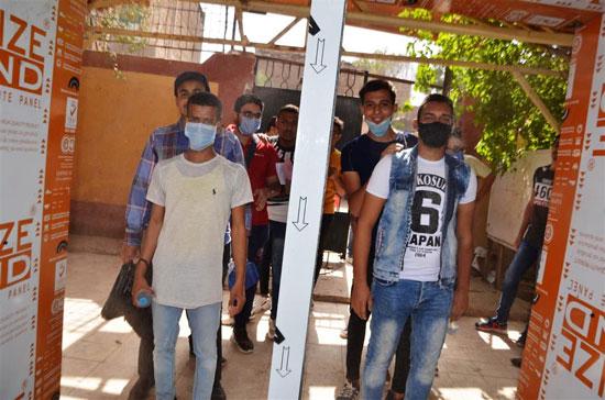 طلاب الثانوية العامة فى لجان الامتحانات بالمحافظات بالكمامة والقفاز  (34)