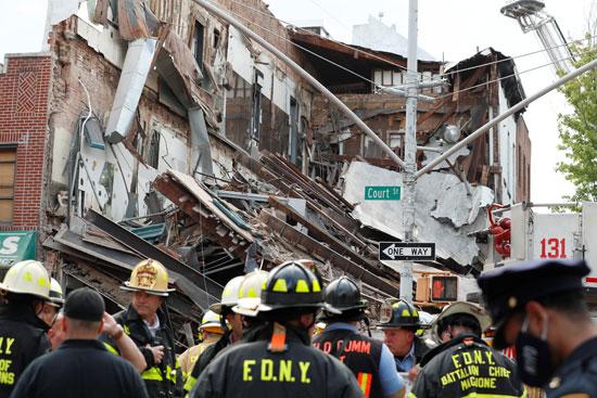رجال الاطفاء بموقع الحادث