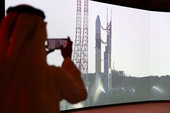 أحد العاملين بمركز محمد بن راشد للفضاء يلتقط صورة للحظة اطلاق الصاروخ