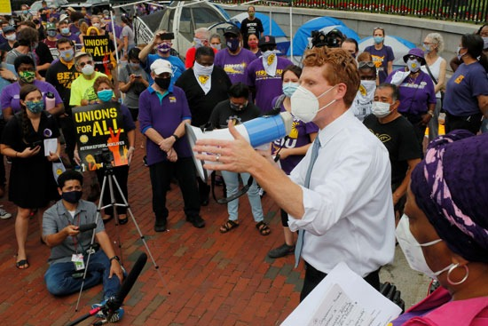 الممثل الأمريكي جو كينيدي الثالث خلال اضراب بوسطن