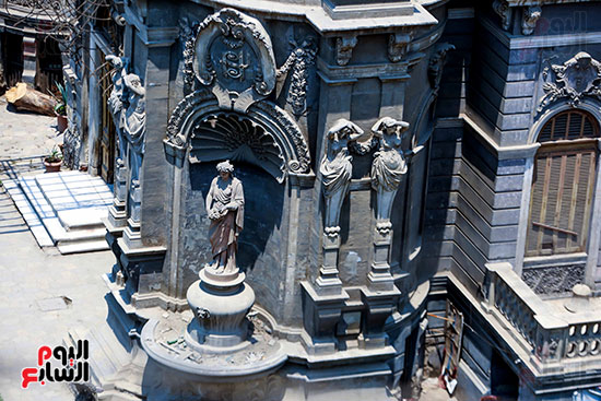 تماثيل امام القصر
