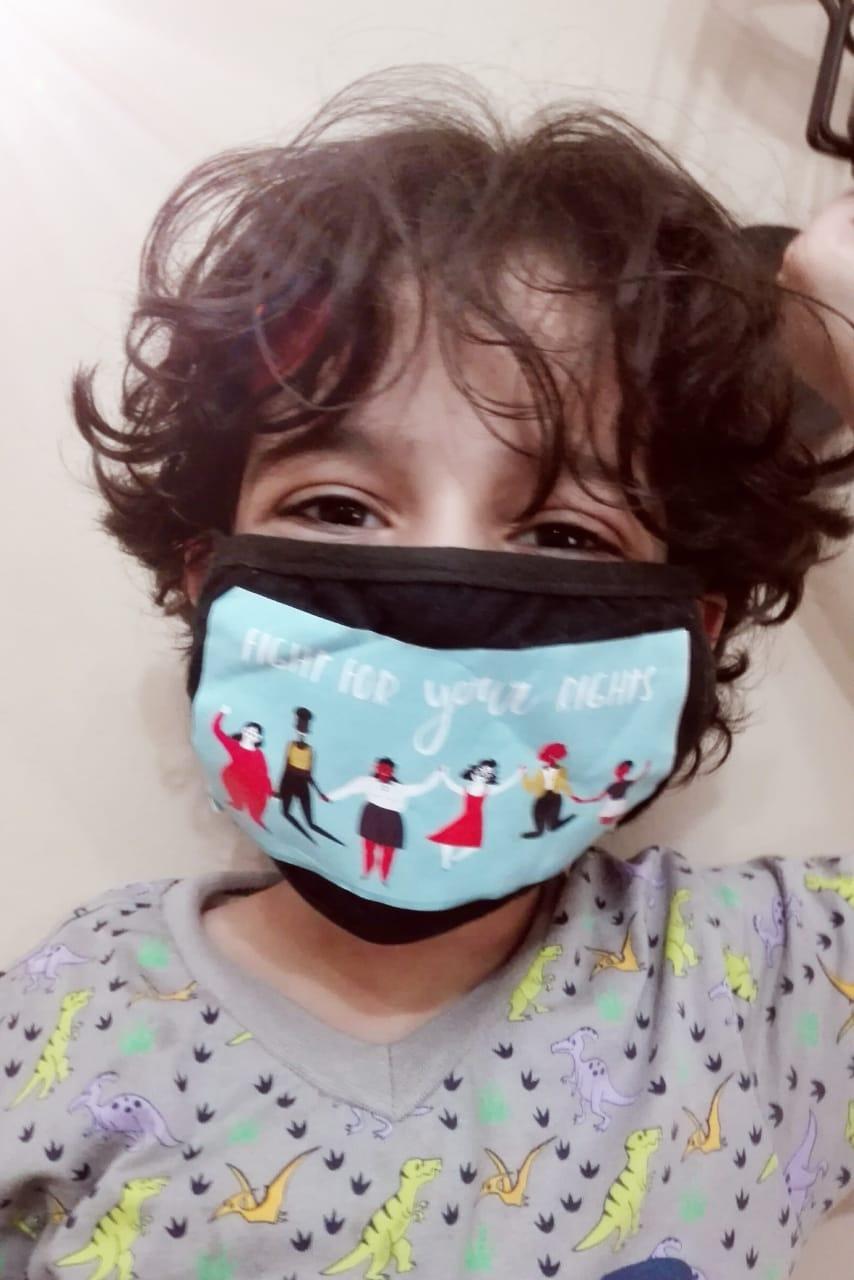 طفل يرتدى كمامة
