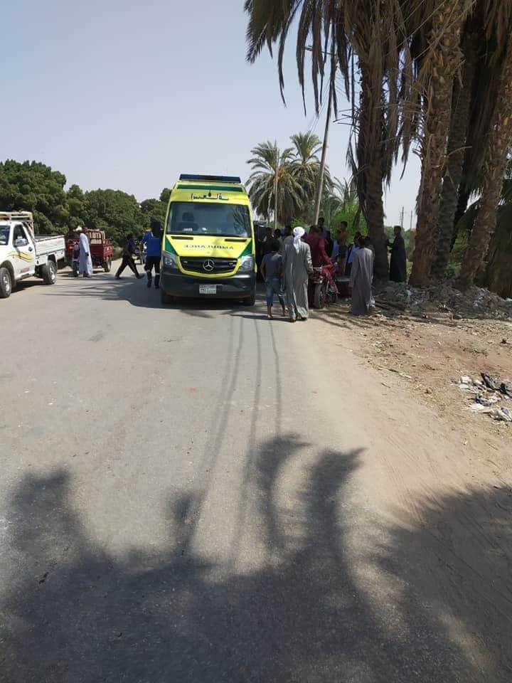 إصابة 3 مواطنين فى إصطدام تروسيكل بعمود إنارة بطريق إسنا الغربى (3)