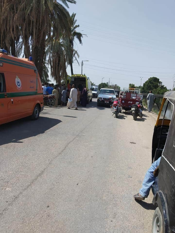 إصابة 3 مواطنين فى إصطدام تروسيكل بعمود إنارة بطريق إسنا الغربى (2)