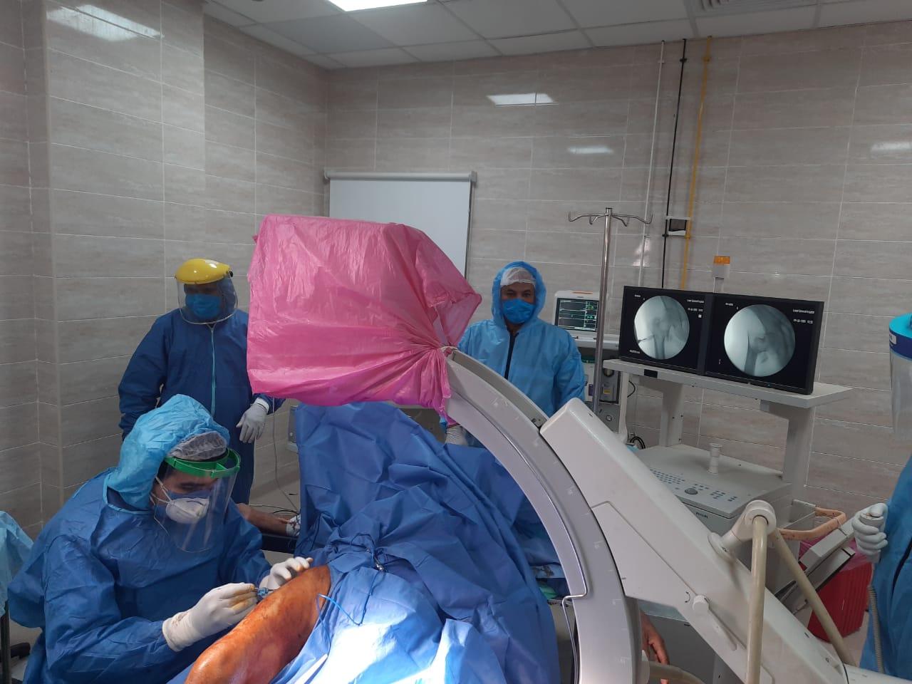 عملية جراحية جديدة لمصاب بفيروس كورونا داخل مستشفى الأقصر العام (2)