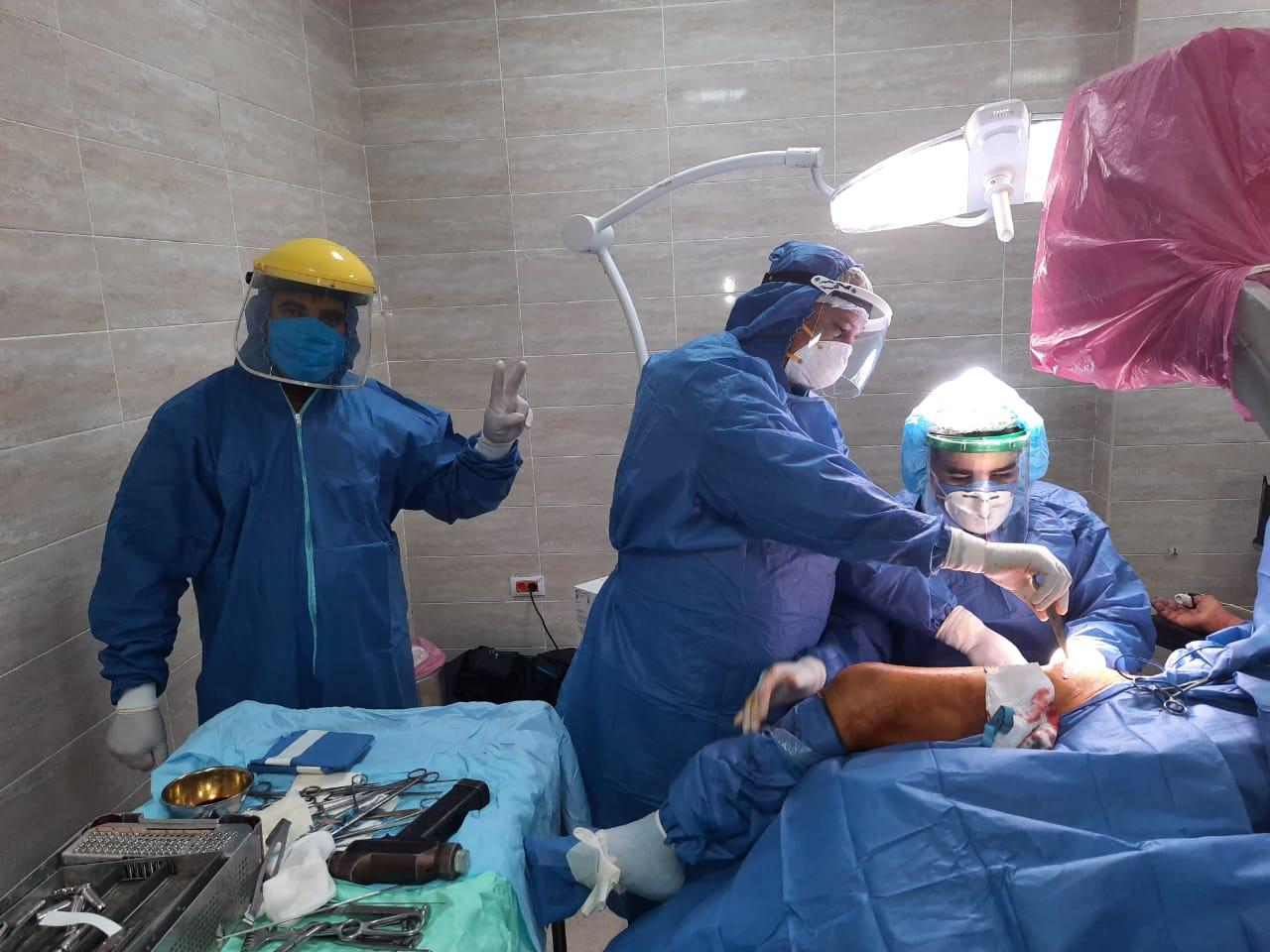 عملية جراحية جديدة لمصاب بفيروس كورونا داخل مستشفى الأقصر العام (1)