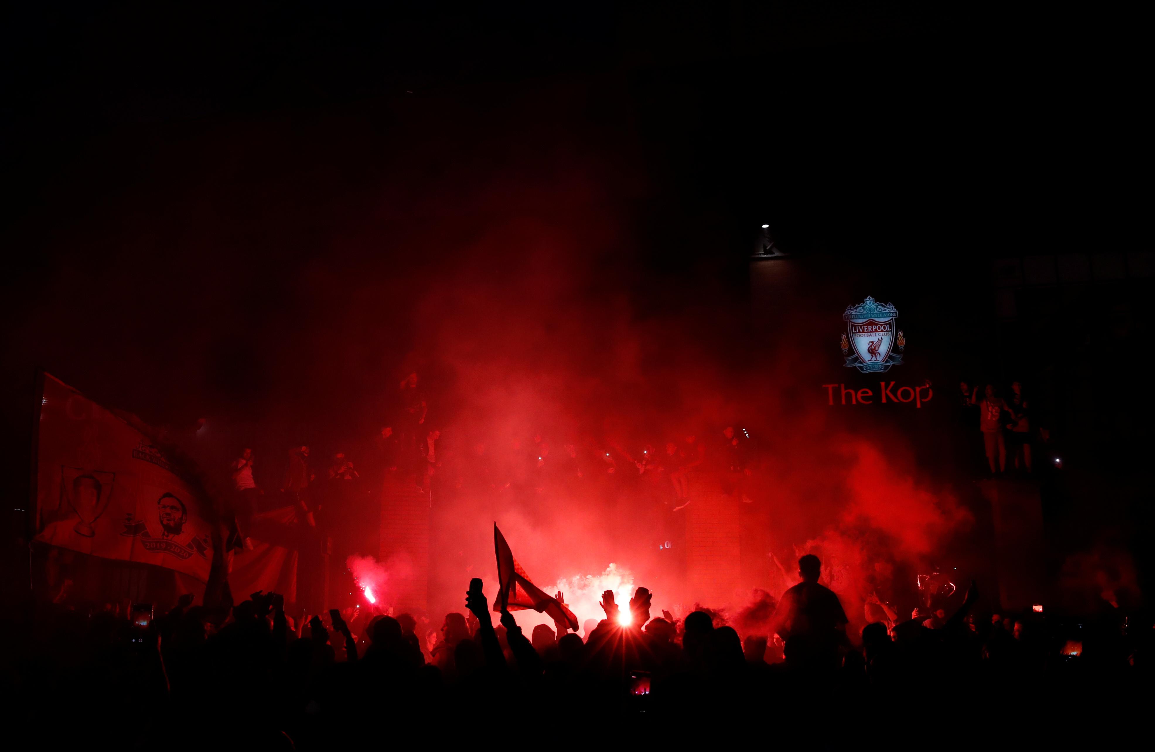 احتفالات جماهير ليفربول خارج انفيلد (5)