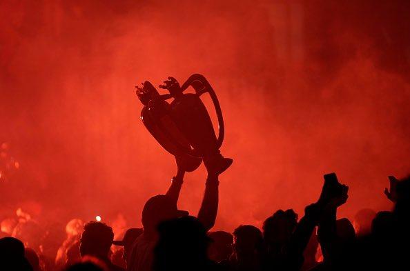 احتفالات جماهير ليفربول خارج انفيلد (3)