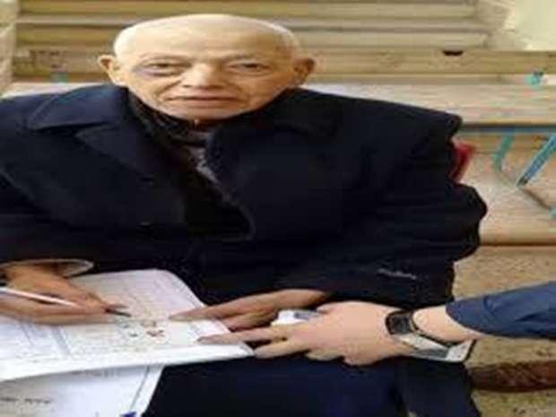 العميد الحسيني أبو عرب أثناء الإدلاء في الانتخابات الرئاسية