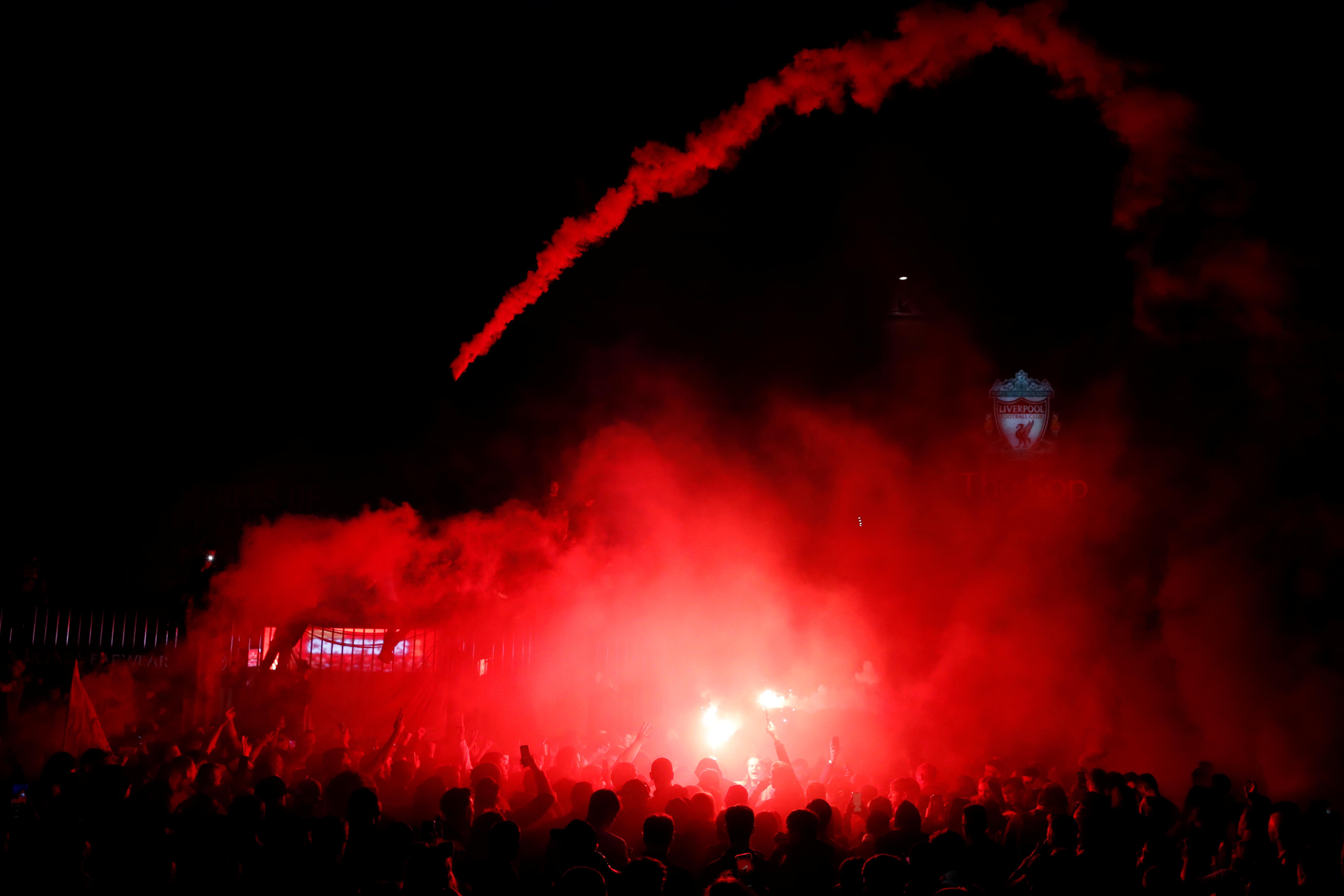 احتفالات جماهير ليفربول خارج انفيلد (6)
