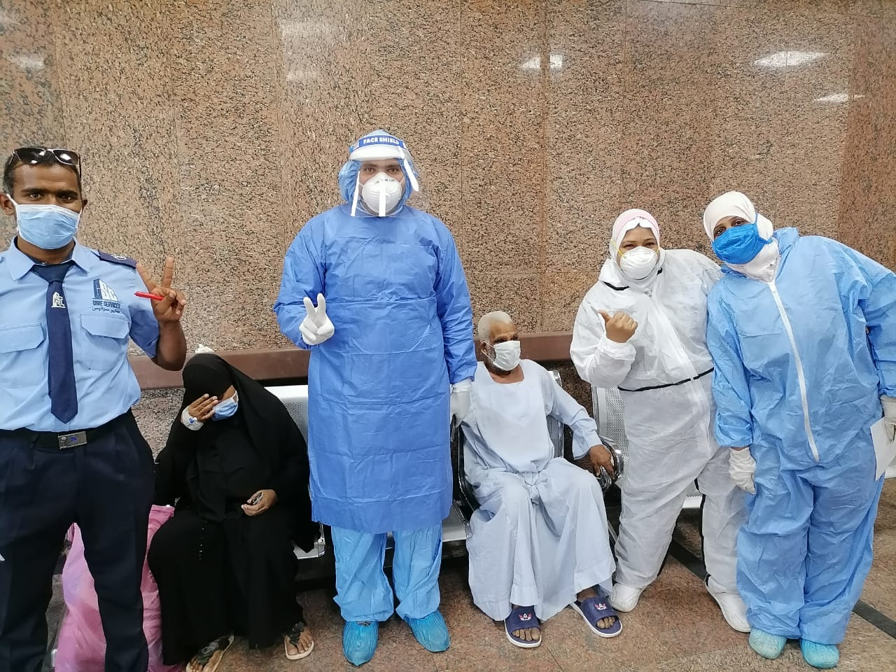 مستشفى الأقصر العام للعزل تعلن خروج 5 حالات جديدة بعد شفاؤهم  (2)
