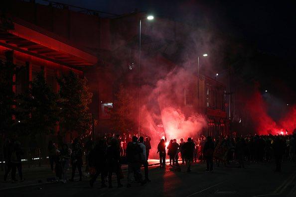 احتفالات جماهير ليفربول خارج انفيلد (1)
