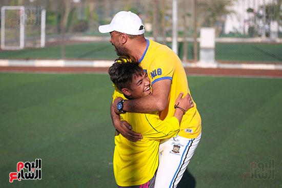 فرح بين احد اللاعبين ومدرب الفريق