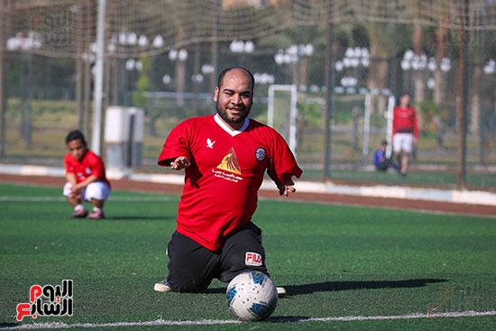ابتسامة قبل تسديد الكرة