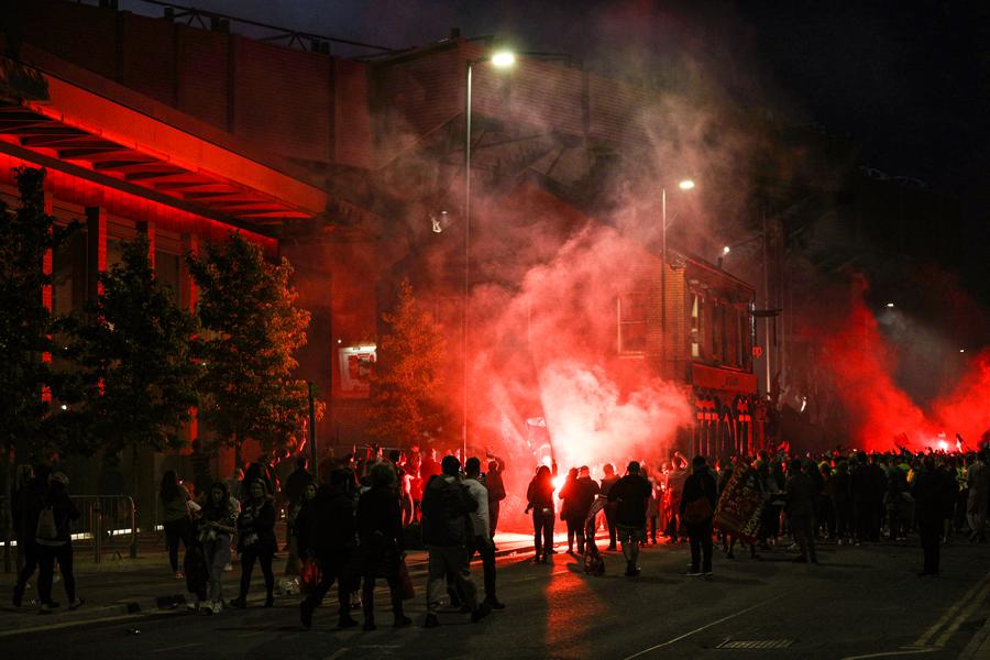 احتفالات جماهير ليفربول خارج انفيلد (2)