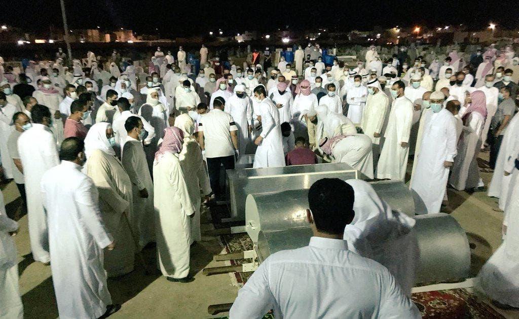 التفافا الأهل والجيران حول جثامين الضحايا قبل دفنها
