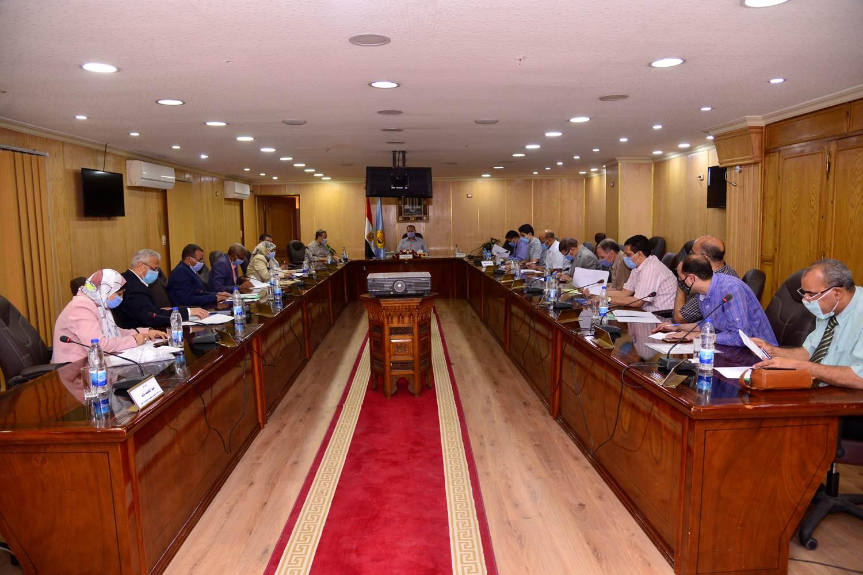 محافظ أسيوط يترأس اجتماع اللجنة المحلية للخدمة العامة  (1)