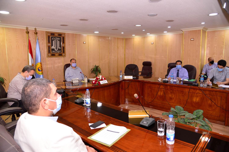 محافظ أسيوط يترأس اجتماع اللجنة المحلية للخدمة العامة  (3)