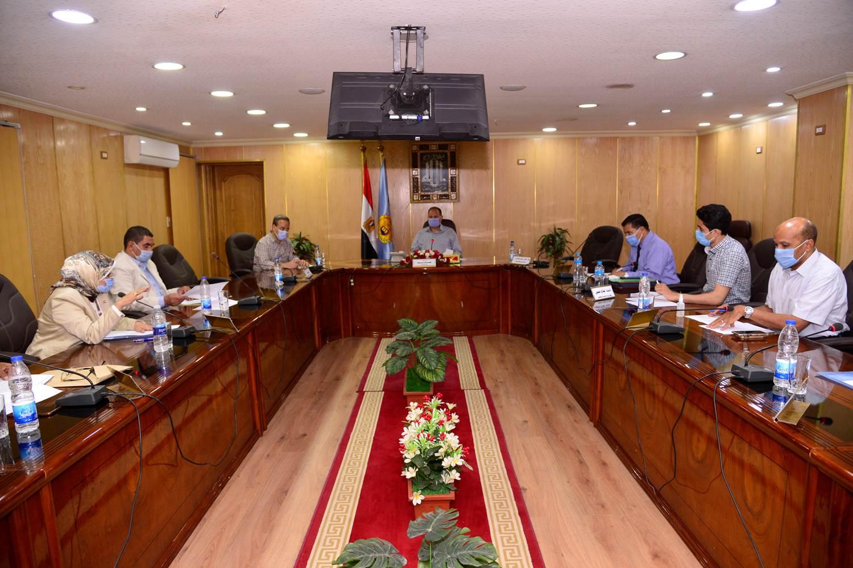 محافظ أسيوط يترأس اجتماع اللجنة المحلية للخدمة العامة  (2)
