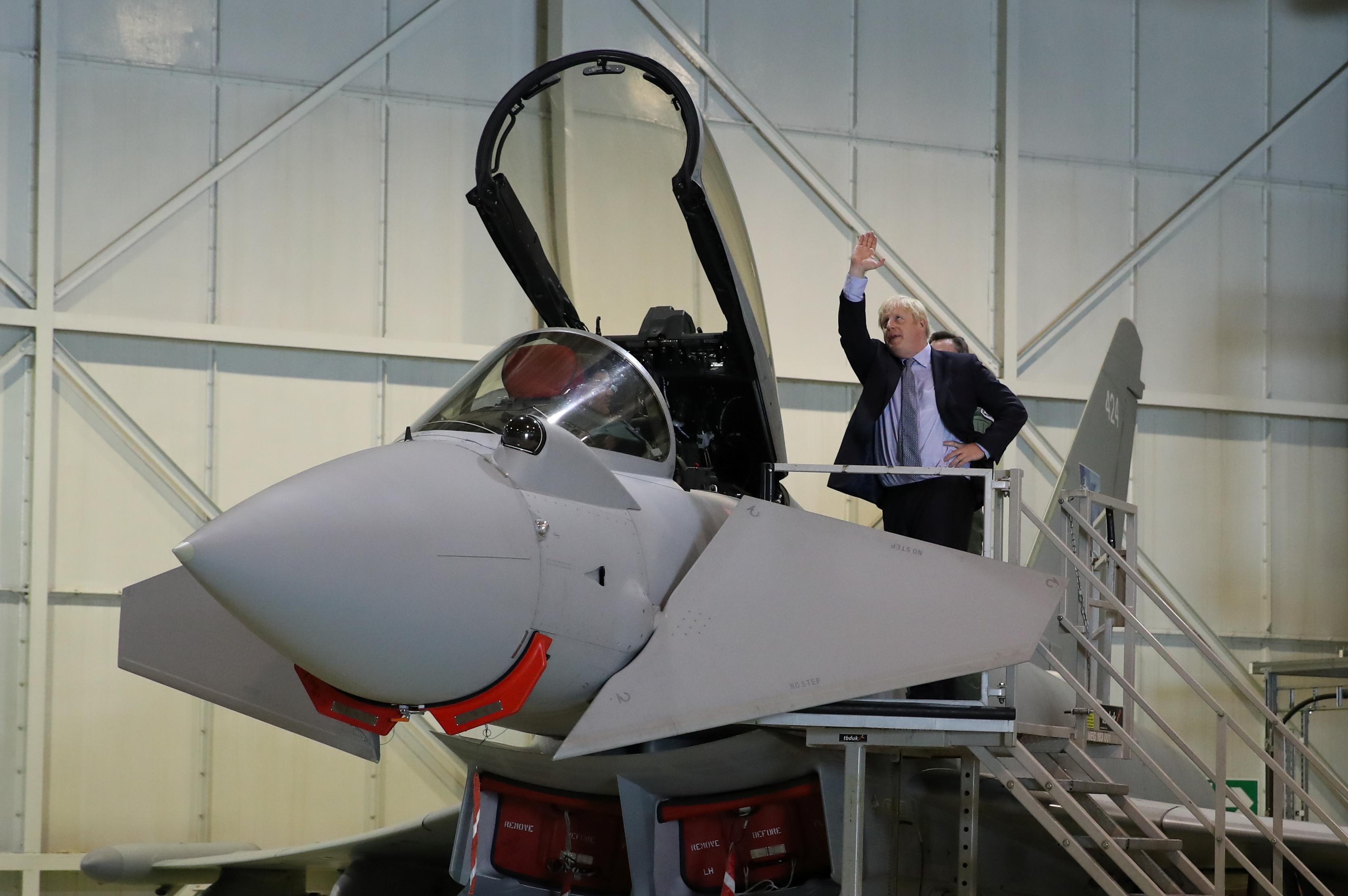 رئيس وزراء بريطانيا يزور القوات الملكية ويطلع على طائرات تايفون المقاتلة