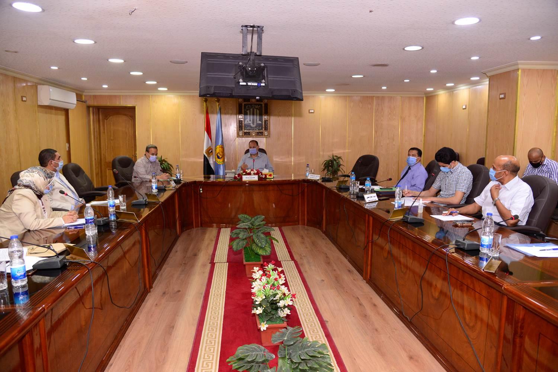 محافظ أسيوط يترأس اجتماع اللجنة المحلية للخدمة العامة  (5)