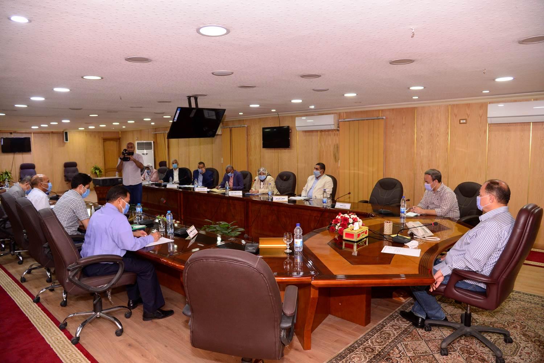محافظ أسيوط يترأس اجتماع اللجنة المحلية للخدمة العامة  (6)