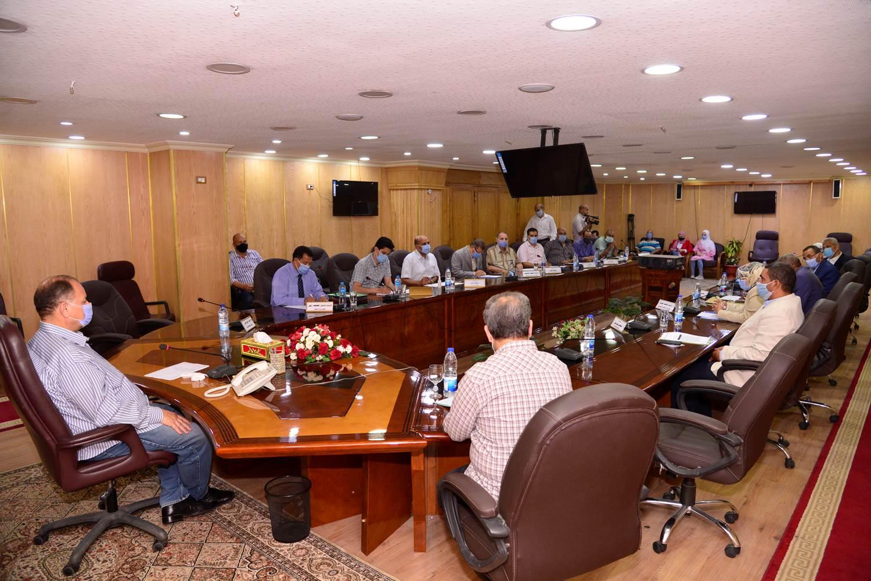 محافظ أسيوط يترأس اجتماع اللجنة المحلية للخدمة العامة  (4)
