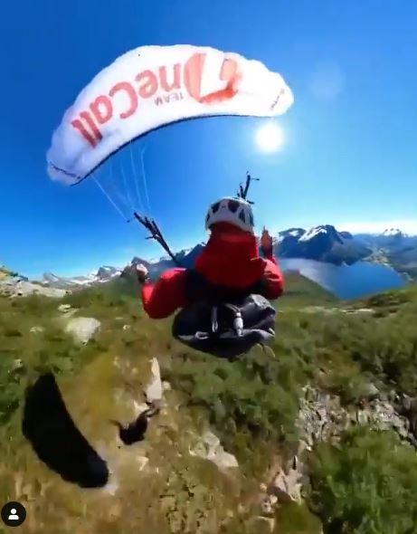 مغامر يقفز فوق جبل قمة جبل في النرويج من طائرة هيلوكوبتر  (1)