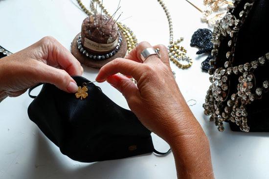 مصممو الأزياء يحولون الكمامات لقطع إكسسوار جذابة