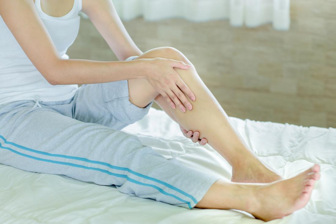 اسباب تشنج الساقين اثناء النوم منها الوقوف لفترة طويلة