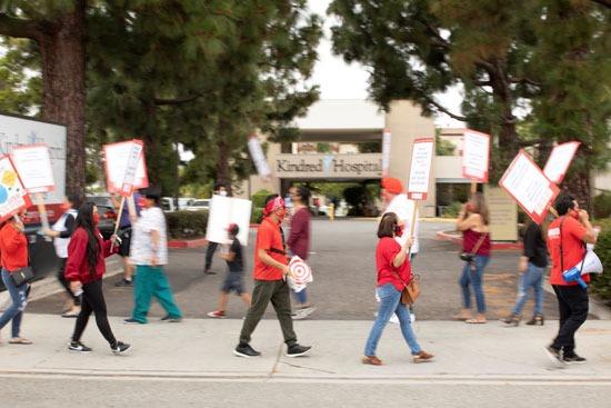 عاملون بالصحة فى كاليفورنيا يحتجون أمام مستشفى ضد نقص إجراءات الوقاية من كورونا