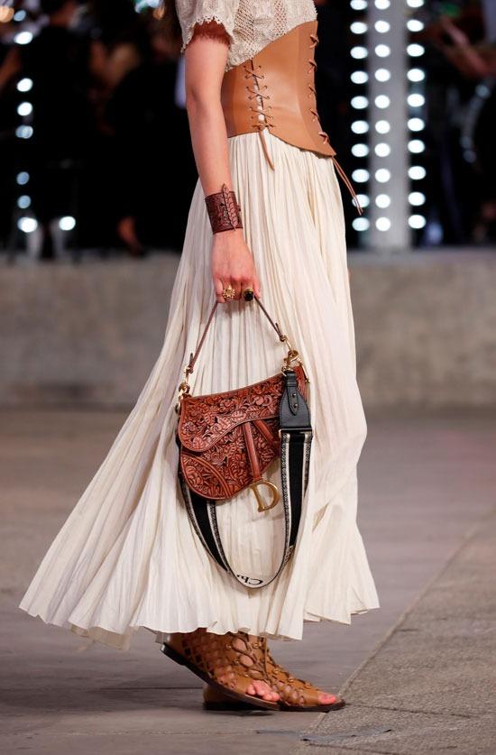 حقيبة وحزام وحذاء من الجلد